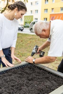Freiwillige bauen das Hochbeet in Reform