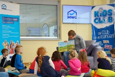 Sören Osterland liest Kindern zum Vorlesetag vor