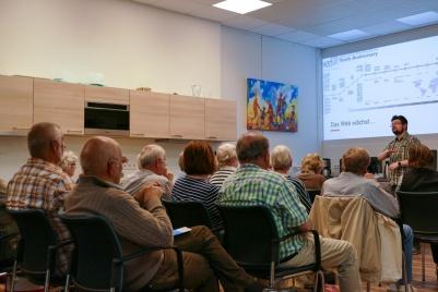 Referent Dr. Jens Holze spricht zu den Teilnehmenden